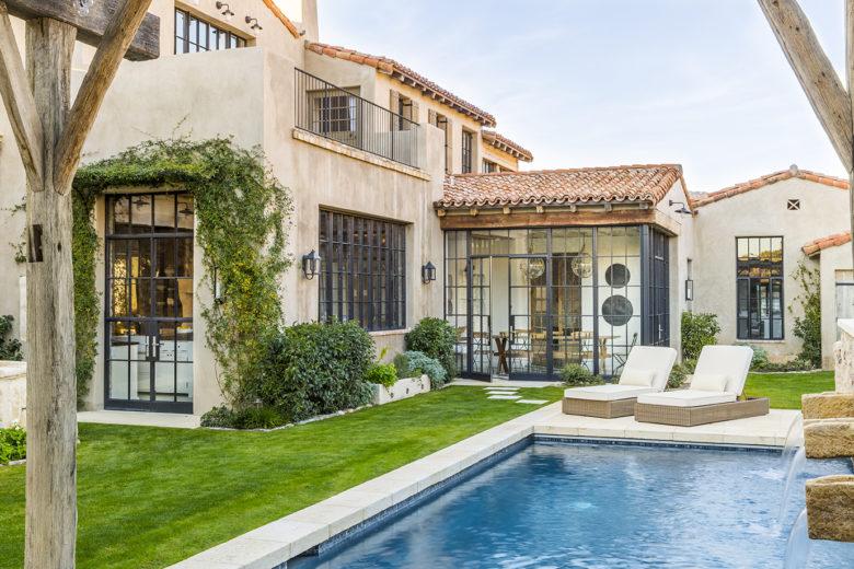 modern-Mediterranean-luxury-pool-design